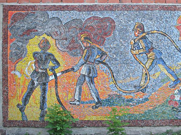 Мозаика на фасаде дома ЮДПД в Измайловском парке в Москве
